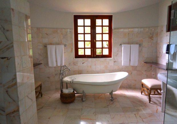 bathroom-bathtub-towels-105934